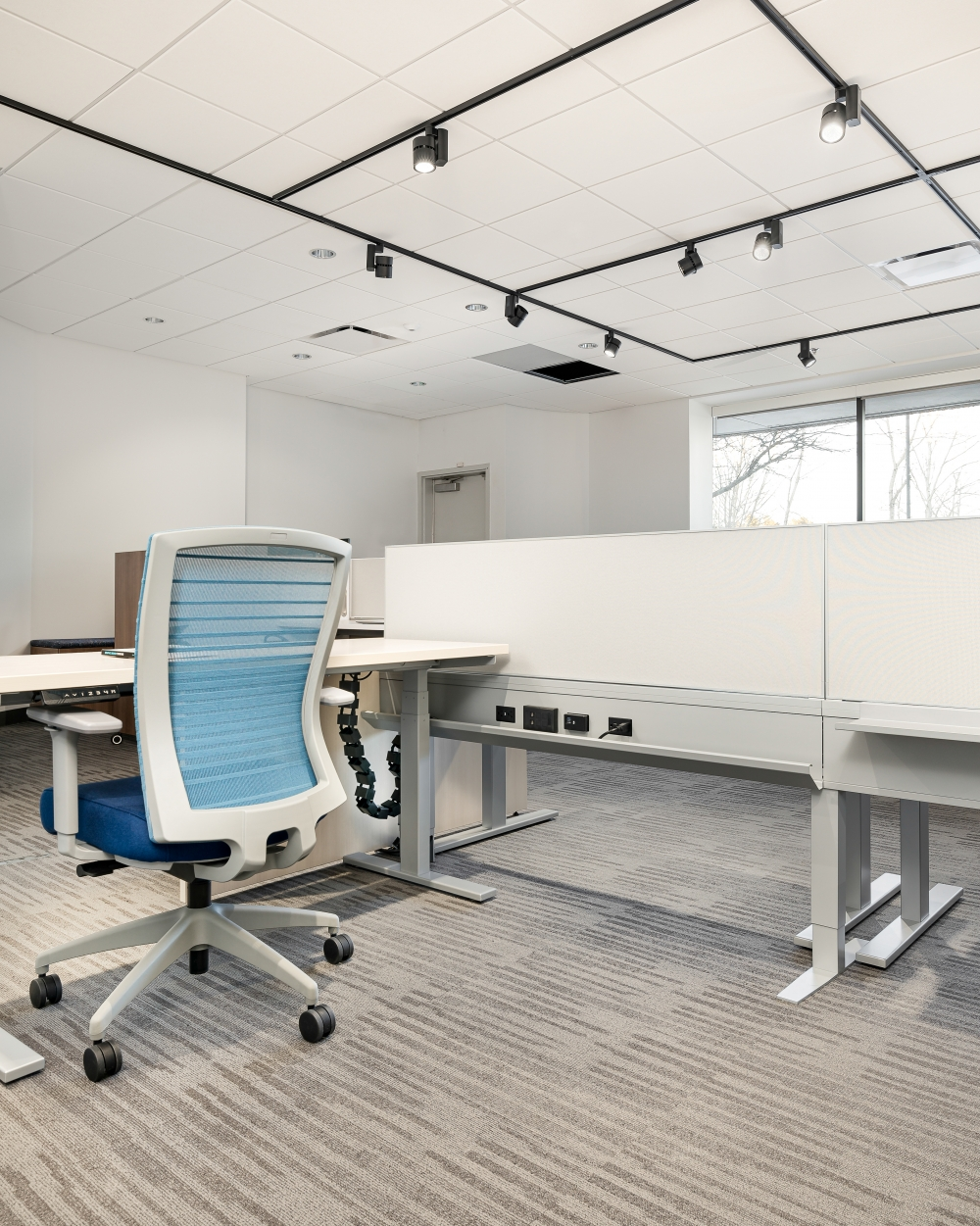 Preview of Day-to-Day PowerBeam with perpendicular height adjustable tables